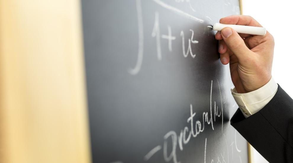 Professeur qui écrit sur un tableau
