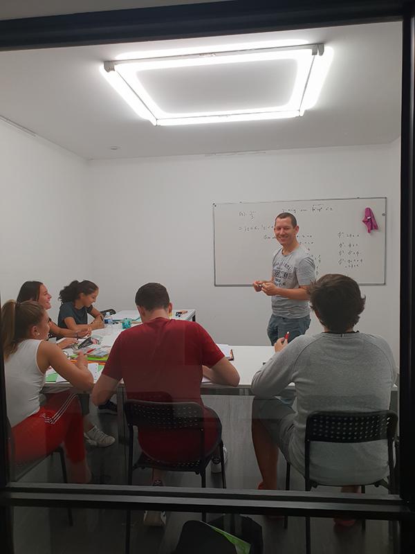 Une des salles de classe pour le coaching scolaire et le soutien scolaire à Nice